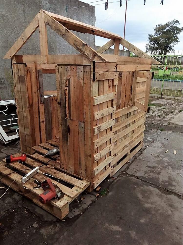 DIY Wood Pallet Playhouse