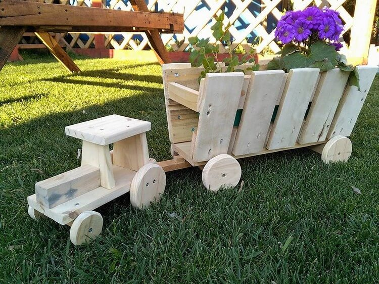 Wood Pallets Made Tractor Planters | Pallet Wood Projects