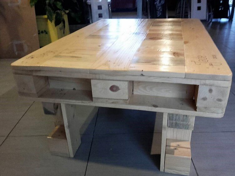 Coffee table made out of wood pallets pallet wood projects for Coffee table made out of pallet wood